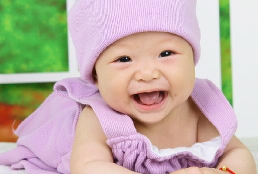 趴在枕头上的宝宝可爱的笑容