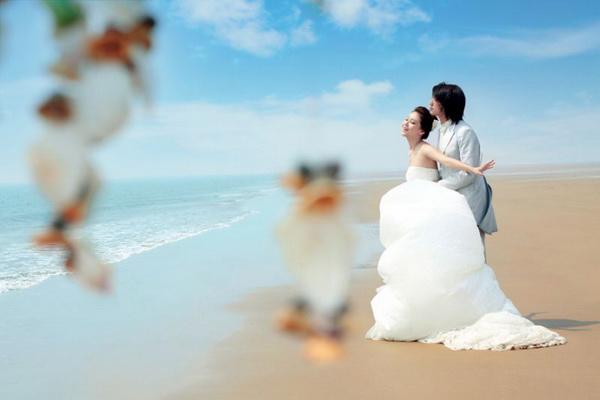 在海边拍摄婚纱照成为了新人们的愿望,在这个