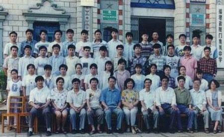 小学生们拍毕业照时,都重新戴上了红领巾,脸上露出自豪感.图片