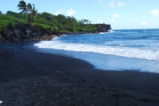 """很多人印象中的夏威夷就是珍珠港、檀香山。其实夏威夷只是夏威夷群岛的总称。夏威夷群岛包括很多个岛屿,大小不一,最大的是""""Big Island"""",珍珠港的是瓦胡岛(Oahu),而最受度假人士欢迎的则是茅依岛(Maui),至于考爱岛(Kauai)这是日本人和蜜月者的至爱。  我们一家人去的地方当然是Maui了,驾车绕岛半周,惊喜是我们来到了黑沙滩。整个沙滩的沙子和鹅卵石全部是黑色的,女儿看到高兴极了。 (本文来自爱的影集网上冲印iyingji."""