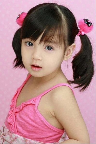 相信很多妈妈看到如此可爱的小女孩,一定也想把自己的女儿打扮得如此